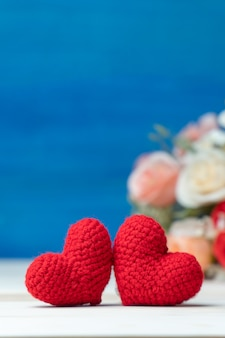 День святого валентина концепция рука делает две пряжи красное сердце