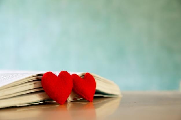 バレンタインの日の概念。本の心。グリーティングカード。
