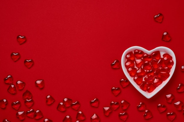 Концепция дня святого валентина или открытка. маленькая тарелка в форме сердца с сердечками внутри. символ праздника. место для текста. вид сверху.