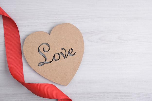 バレンタインデーのコンセプト。赤いリボン、ハート