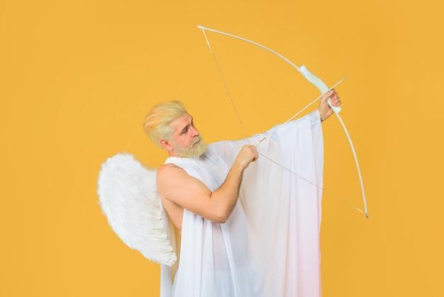 バレンタインデーのコンセプトバレンタインキューピッド愛のキューピッドの矢は弓ひげを生やした天使と矢を投げる