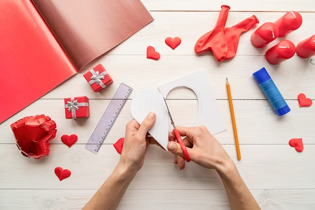Valentines day craft diy. step by step instruction making paper heart shape hot air balloon. step 2 - cut out the heart Premium Photo