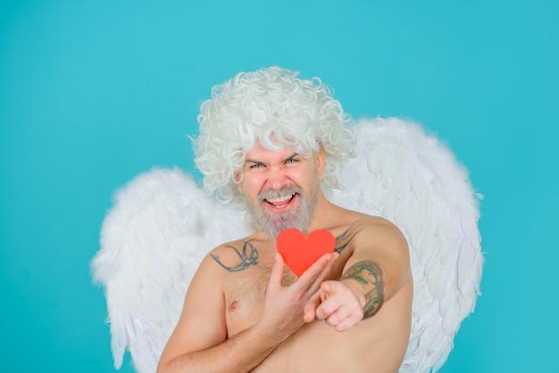 バレンタインデーのキューピッドのひげを生やした天使と紙のハートのキューピッドバレンタインデーのひげを生やしたキューピッドバレンタイン