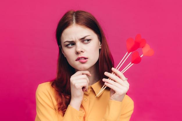 スティックに紙の心を持つバレンタインデーの感情的な女性
