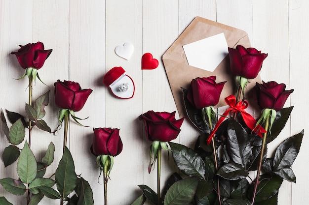 Lettera d'amore della busta di giorno di biglietti di s. valentino con l'anello di fidanzamento della cartolina d'auguri