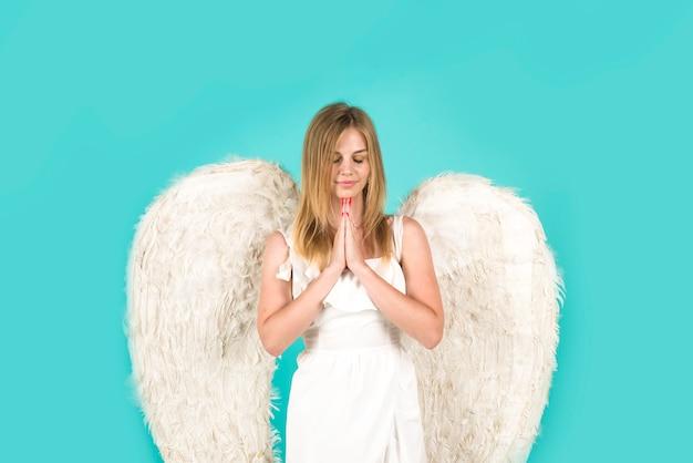 白い翼を持つバレンタインデーの女性の天使バレンタインデーのキューピッド天使の女性がキューピッドの女の子を祈る
