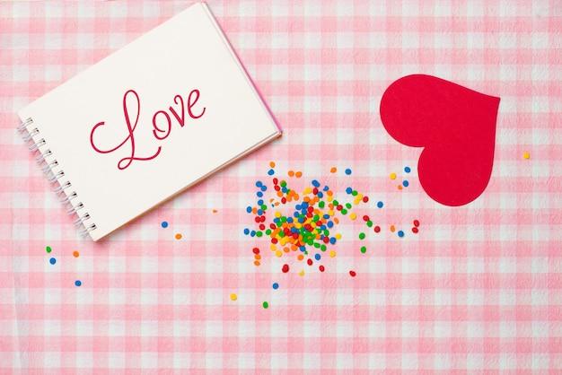 バレンタインデーのギフトボックスとグリーティングカードは、色の背景で隔離。