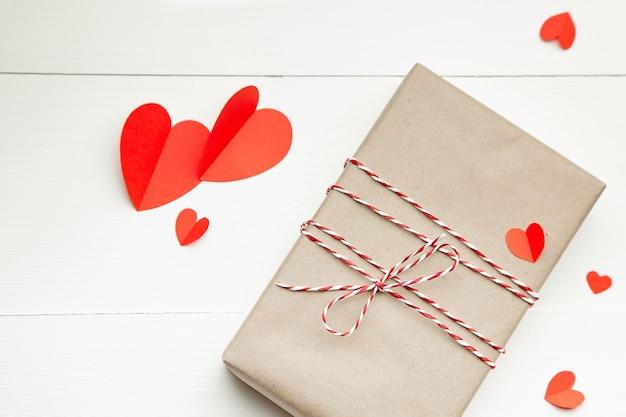 Подарочная коробка на день святого валентина и красные бумажные сердца