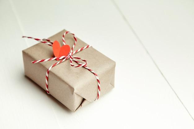 Подарочная коробка на день святого валентина, украшенная красным сердцем на белом фоне