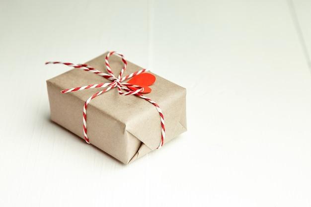 Подарочная коробка на день святого валентина, украшенная красным сердцем