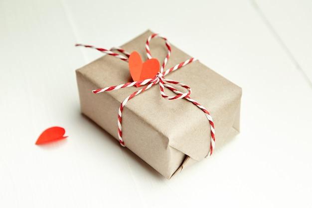 Подарочная коробка на день святого валентина, украшенная красными сердечками