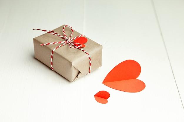 Подарочная коробка ко дню святого валентина, украшенная сердечками из красной бумаги