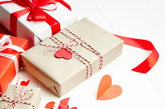 Подарочные коробки на день святого валентина, украшенные сердечками на белом деревянном столе