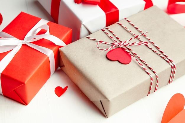 Подарочные коробки ко дню святого валентина, украшенные сердечками из красной бумаги