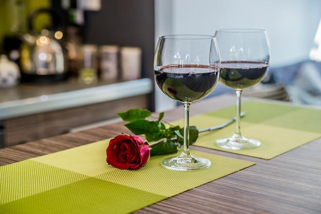 День святого валентина: бокалы виноградной лозы, красные розы, для романтического вечера