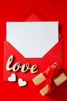 バレンタインの日グリーティングカード。空白のカードと赤い封筒。挨拶用のスペースを備えた平面図。