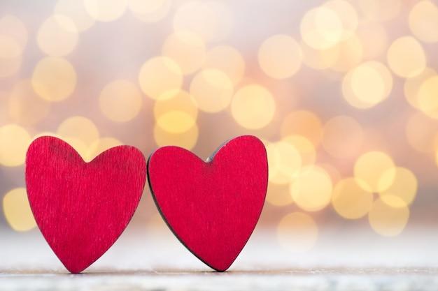 バレンタインデーのグリーティングカード。灰色の背景に赤いハート。