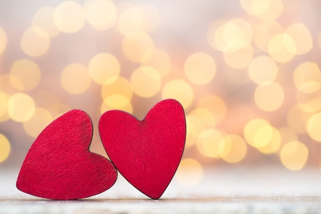 Поздравительная открытка дня святого валентина. красное сердце на сером фоне.