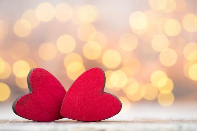 バレンタインの日グリーティングカード。灰色の背景に赤いハート。