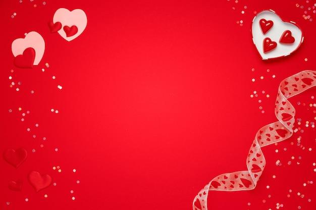 상자와 사탕 빨간색 배경에 발렌타인 데이 인사말 카드. 인사를위한 공간을 복사하십시오.