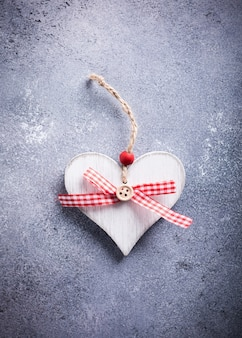 Поздравительная открытка дня святого валентина с декоративным деревянным сердцем на бетонном камне с копией пространства для текста. концепция дня святого валентина. вид сверху