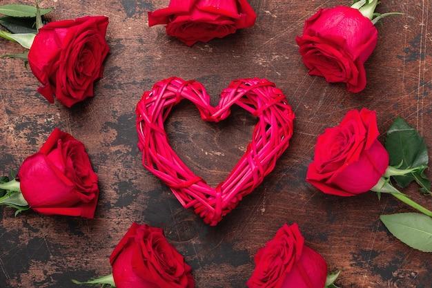 빨간 장미와 나무 배경에 장식 하트 발렌타인 데이 인사말 카드