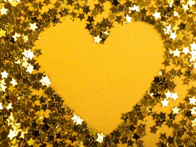 День святого валентина сердце золотых звезд на желтом фоне.