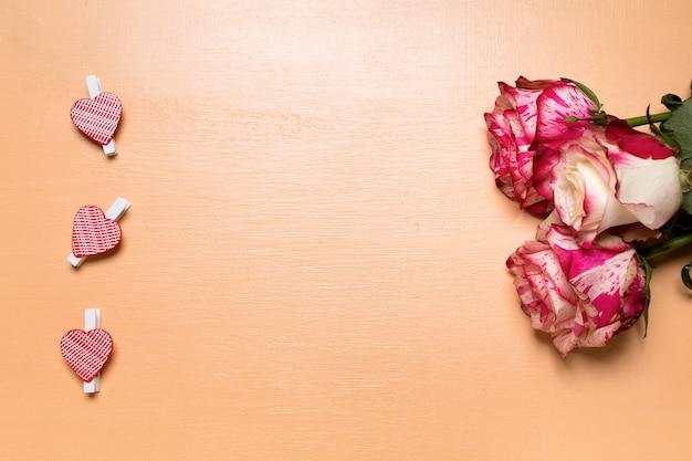 하트 모양의 핀과 밝은 분홍색 장미가있는 발렌타인 데이 크리스마스 카드