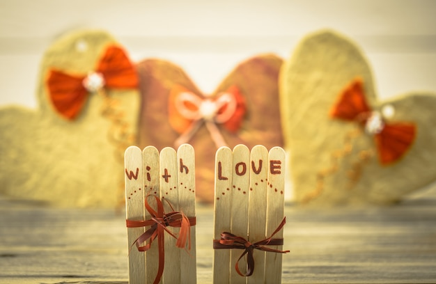 心で小さな木の棒にバレンタインデーの愛の碑文