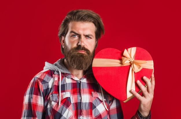 발렌타인 데이. 빨간 선물을 가진 남자입니다. 하트 모양.