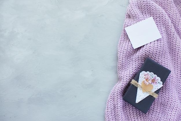 バレンタインデーのモックアップ。空の白いカードとクラフトギフトボックス