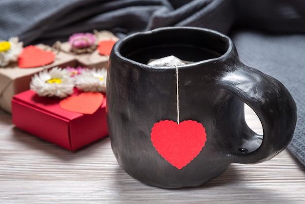 バレンタインデーの朝、木製の机の上のティーカップ