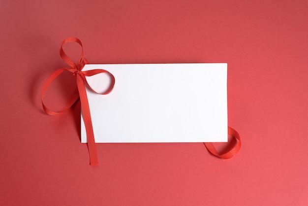 バレンタインデーや結婚式のモックアップシーン、空白のカード、紙吹雪、テキスト用の空きスペース、上面図。