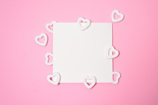 空白のカードでバレンタインデーや結婚式のモックアップシーン