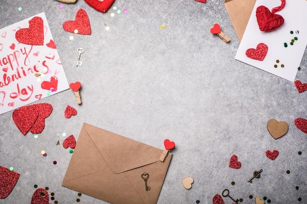 Открытка дня святого валентина. с днем святого валентина надпись и красные сердца на старинном бетонном сером фоне
