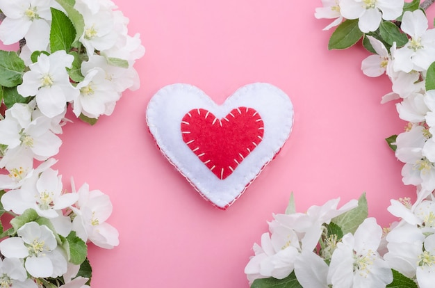분홍색 배경에 사과 나무 꽃 프레임 발렌타인 데이, 빨간색과 흰색 수제 심장