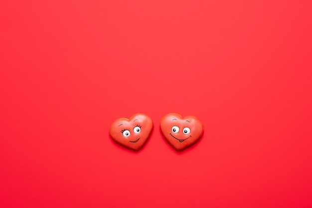 愛の心とバレンタインデーの赤い背景。