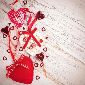 Поверхность дня валентинок с сердцами на винтажной деревянной доске. тонированное фото с копией пространства для текста