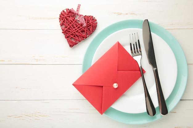 白のバレンタインデーのテーブルの場所の設定
