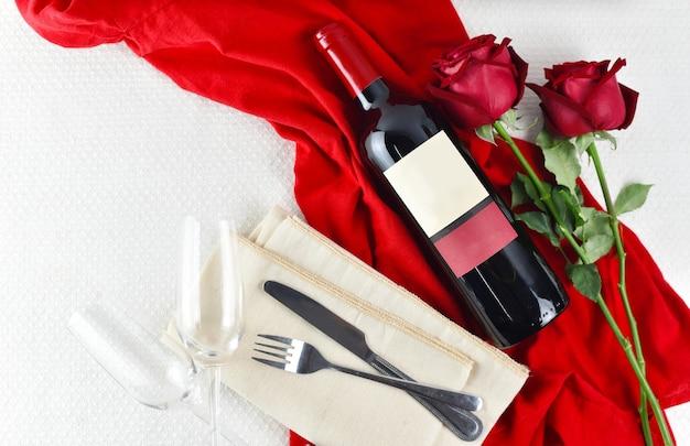 シャンパングラスと赤いバラのバレンタインデーのテーブルセッティング