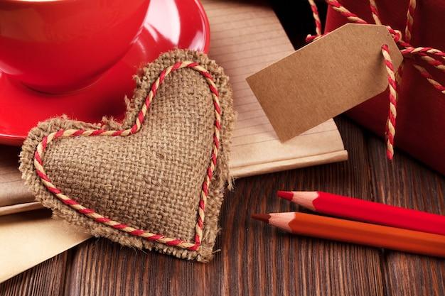 День святого валентина игрушечное сердце, кофейная чашка и подарочная коробка
