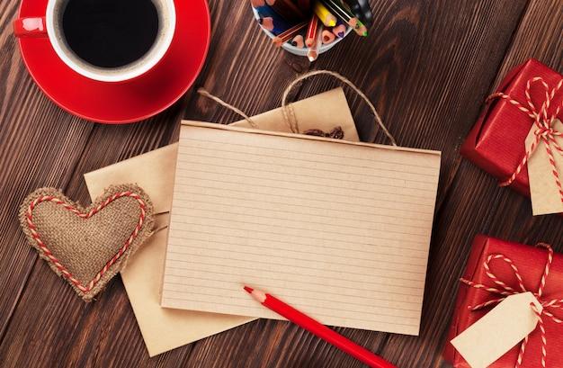 Игрушечное сердце на день святого валентина, чашка кофе, подарочные коробки и блокнот для текста
