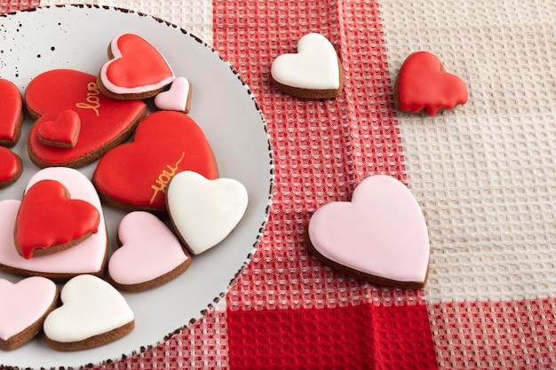День святого валентина угощение. печенье в форме сердца с разноцветной глазурью. день матери.