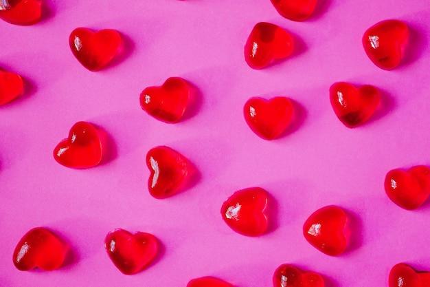 분홍색 벽에 하트 모양 사탕과 발렌타인 데이 벽