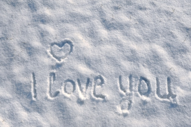 День святого валентина с сердцем на снежном.