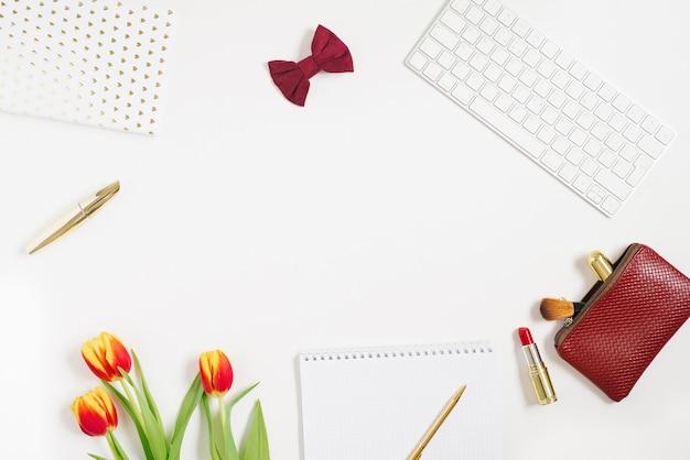 赤いチューリップ、ノートブック、化粧品、ペンとバレンタインデスクトップの背景