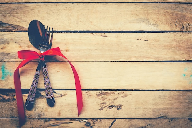 空間と木製の背景にバレンタインディナー。ビンテージ・スタイル。