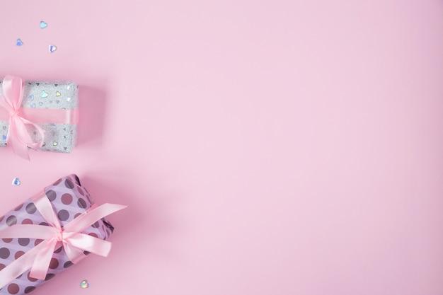 발렌타인 데이 플랫 선물, 리본 및 반짝이 하트와 함께 누워 있습니다. 생일, 어머니의 날, 발렌타인 배경 복사 공간, 프레임, 왼쪽 된 테두리.