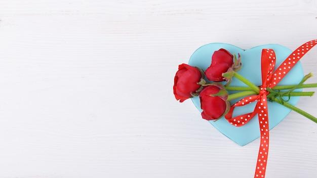 흰색 배경에 빨간색 꽃과 발렌타인 데이 선물, 축하 발렌타인