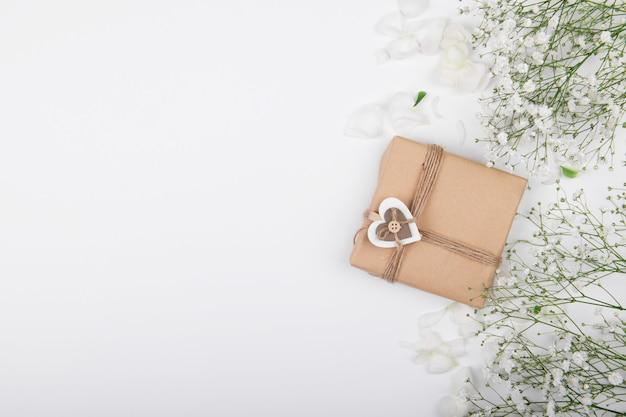 흰색 나무 바탕에 작은 흰색 배경으로 나무 마음으로 발렌타인 데이 선물